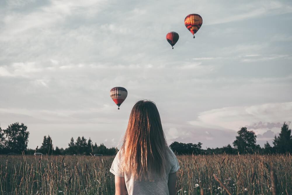 気球を見ている少女