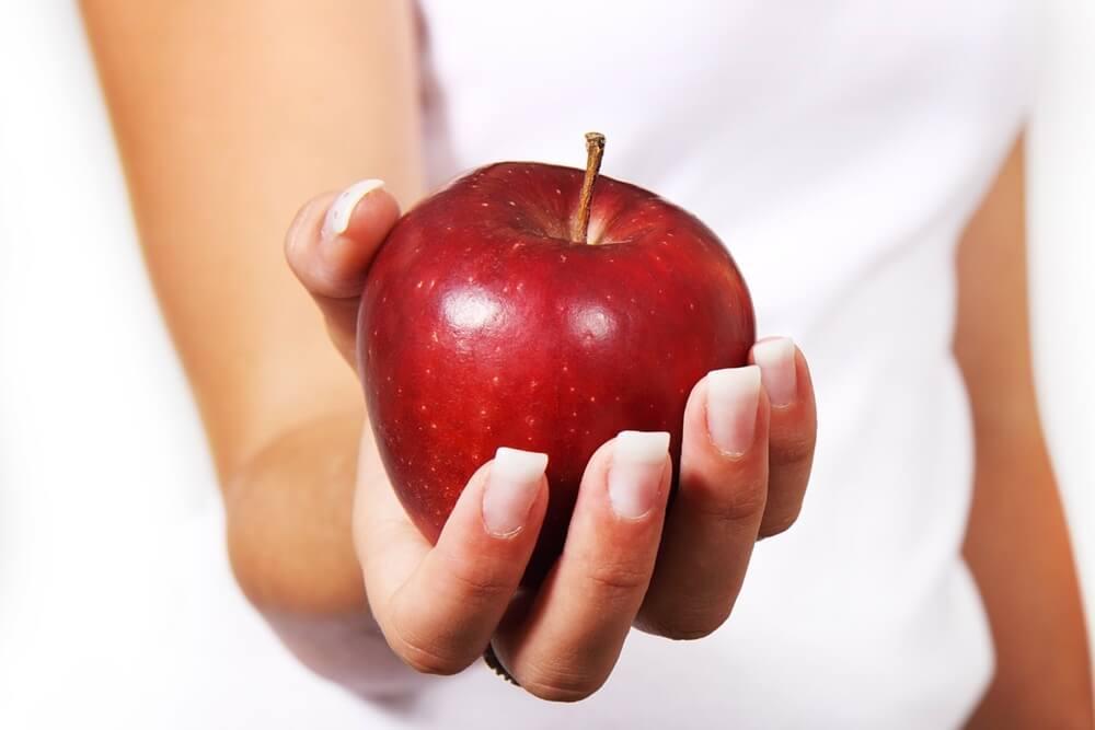りんごを差し出す