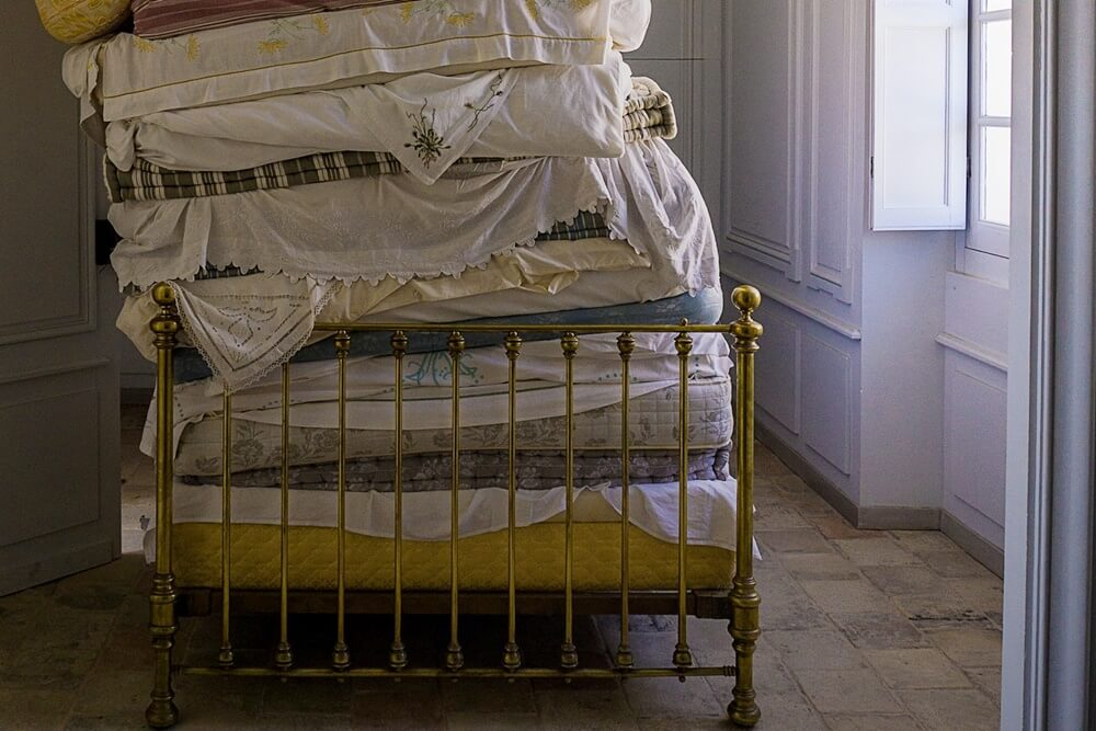 マットレスを重ねたベッド