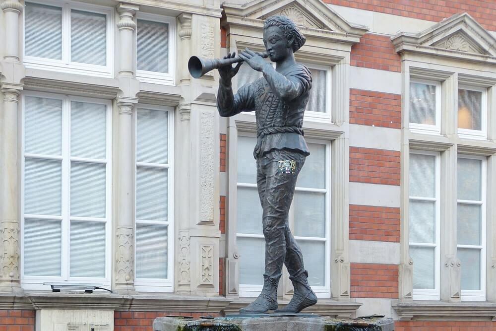 ハメルンの笛吹き男の像