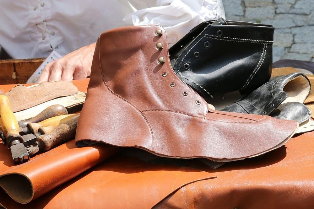 靴を作っているところ