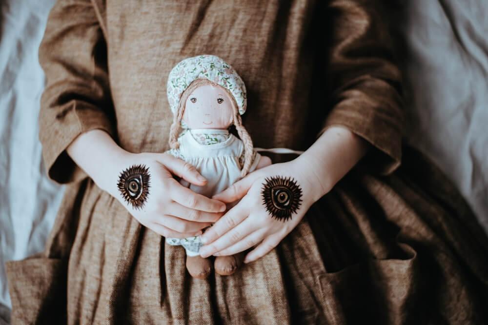 人形を持つ少女
