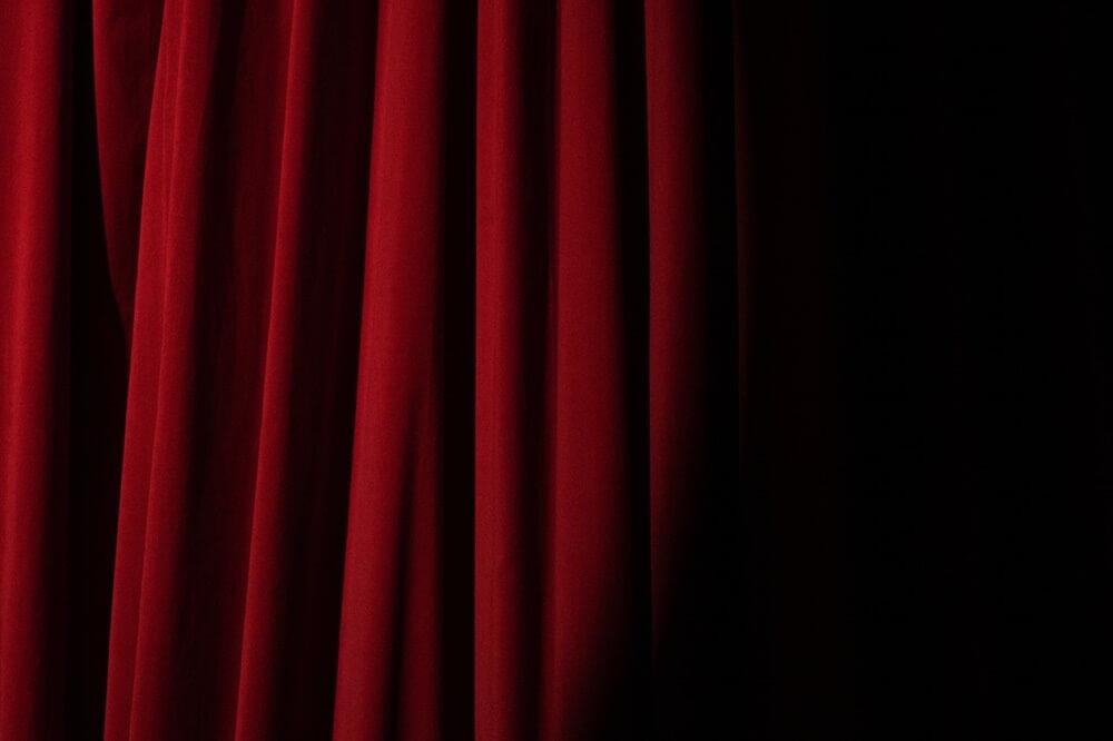 舞台の緋色のカーテン