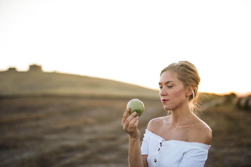 グリーンアップルを持った女性