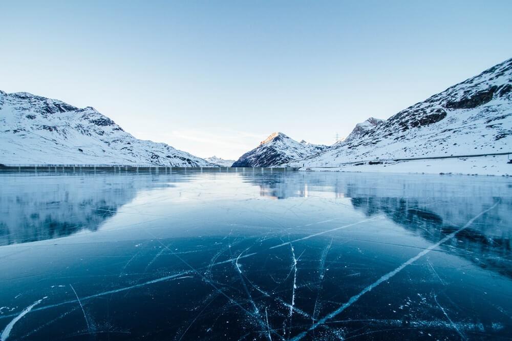 凍りついた湖と山